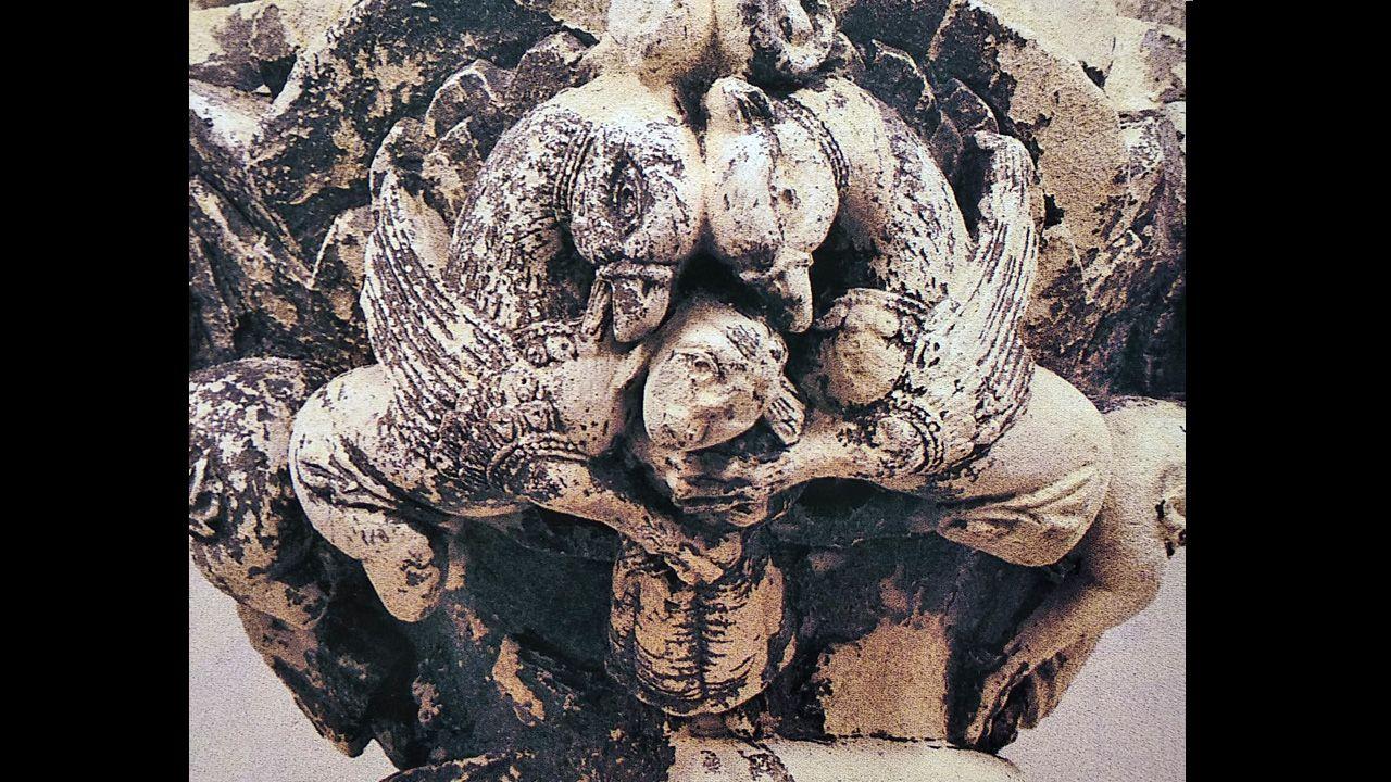 Dos grifos, mitad águila y mitad caballo, en un capitel que perteneció ala Corrada del Obispo, en Oviedo