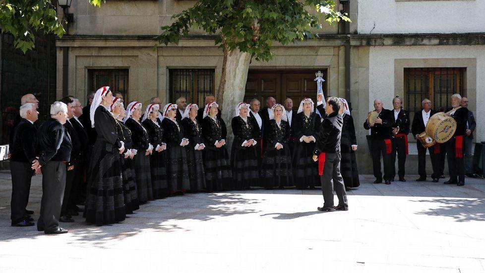 A Festa da Palabra.A coral de Ruada actuando na praza Maior de Ourense