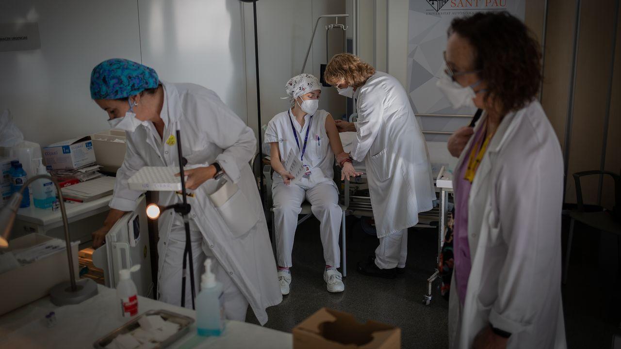 Una enfermera vacuna a otro profesional sanitario en un hospital de Barcelona