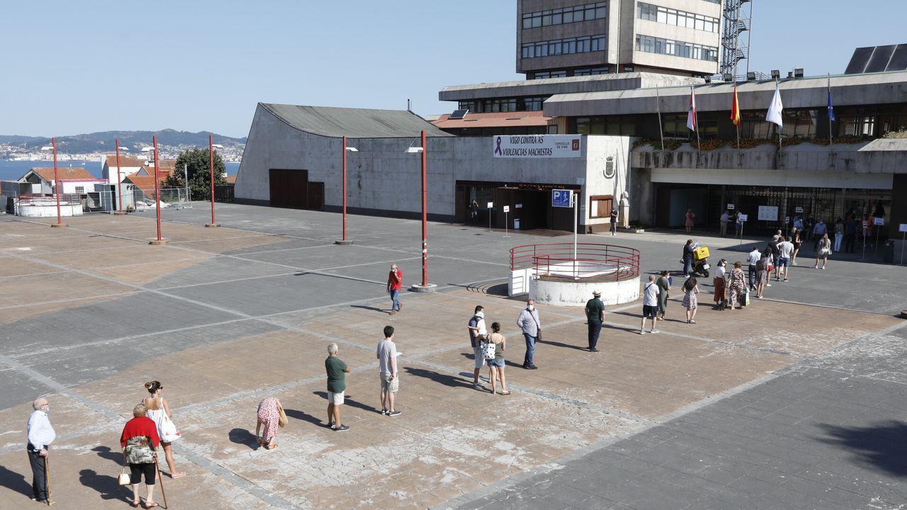 Así era la cola en el exterior de este colegio de Vigo