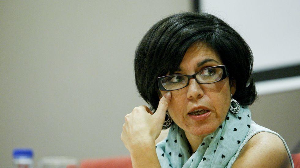 Dimisión de Besteiro.Catalina Álvarez posa con todas las hojas que ha llenado de firmas en cuestión de semanas.