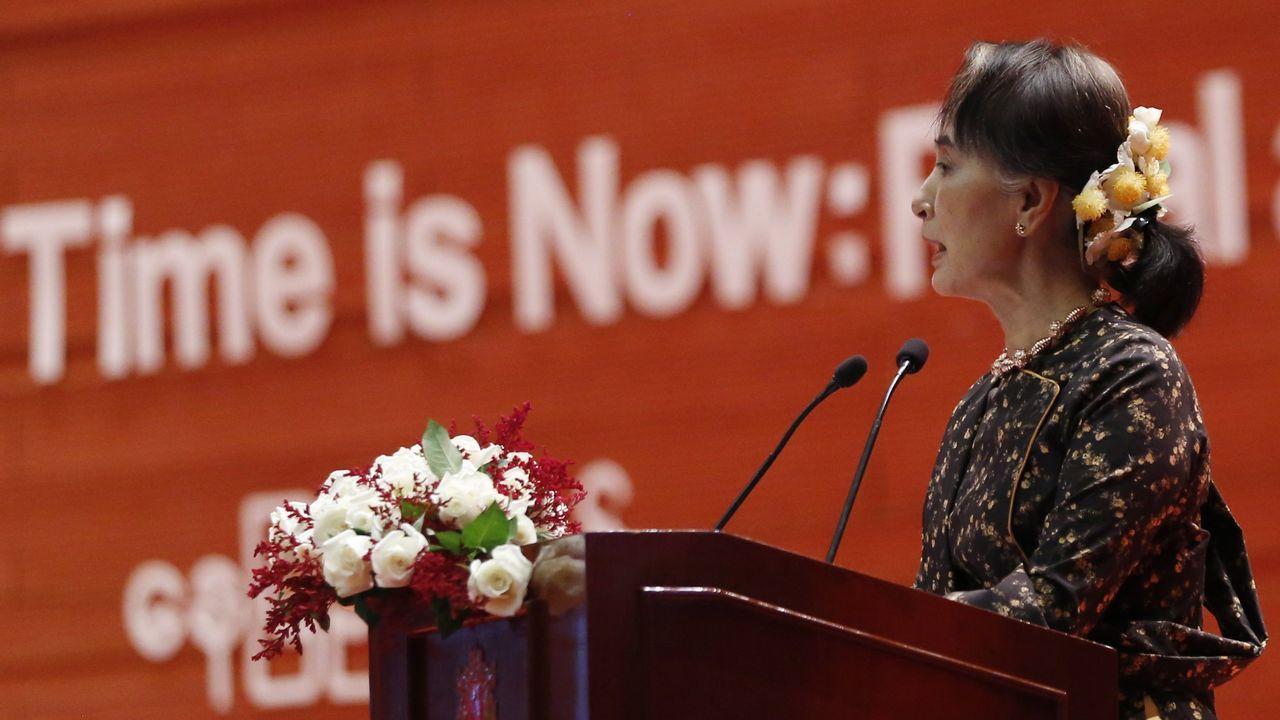La consejera de Estado de Birmania, Aung San Suu Kyi, pronuncia un discurso durante la ceremonia del Día Internacional de la Mujer