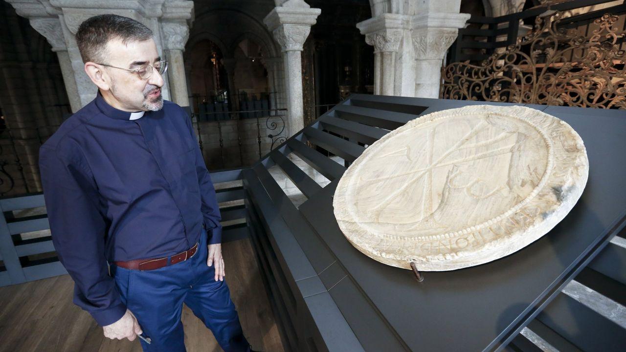 El delegado de patrimonio histórico de la diócesis, César Carnero, junto al célebre Crismón de Quiroga, que se muestra al público desde el 2017 en el triforio de la catedral de Lugo