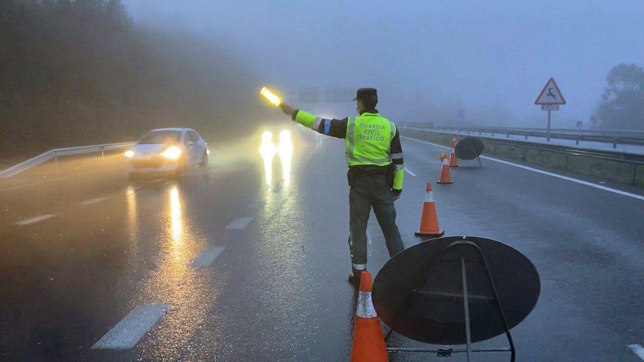 Una patrulla de la Policía Local de Lugo controlando esta mañana la Rúa da Raíña