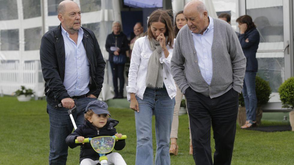 Amancio Ortega y su consuegro disfrutaron de su nieto mientras conversaron animadamente por el centro hípico de Larín.