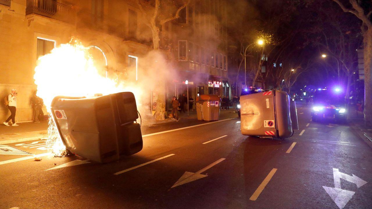 Protestas en el centro de Barcelona.La soledad de Torra y la fractura independentista. Quim Torra fue arropado ayer únicamente por los diputados de Junts, que se pusieron en pie y aplaudieron su intervención, mientras que los de ERC le hicieron el vacío, se mantuvieron sentados y no le aplaudieron