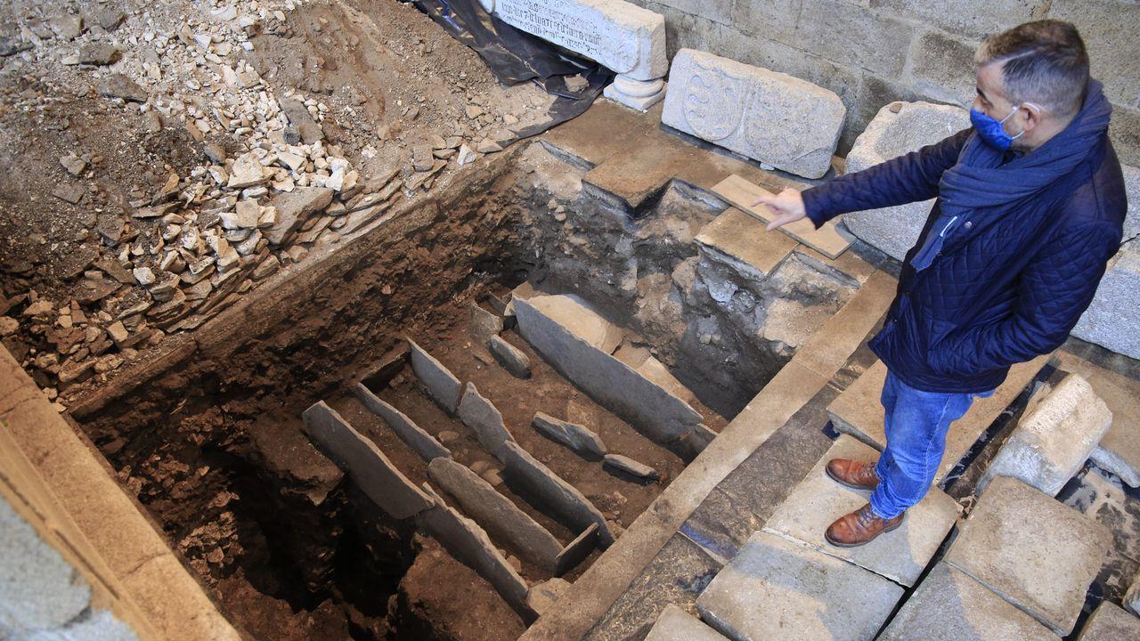 Láminas de pizarra de antiguas sepulturas en la cata donde se encontraron restos de un incendio