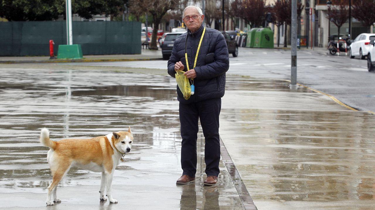 Un hombre paseando con su mascota, actividad permitida por razones de higiene