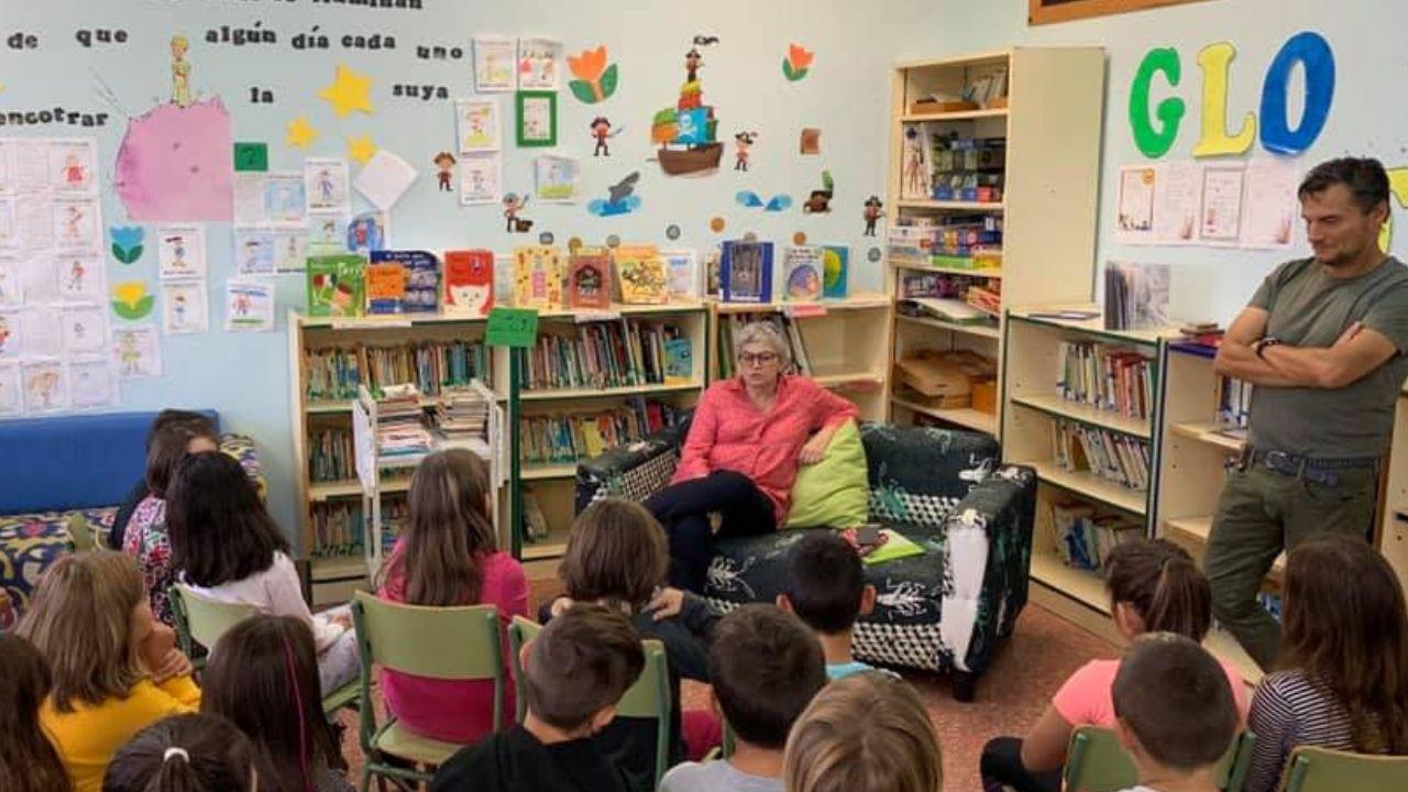 La alcaldesa, ayer, en su visita al colegio Tremañes con motivo de la inauguración del curso escolar