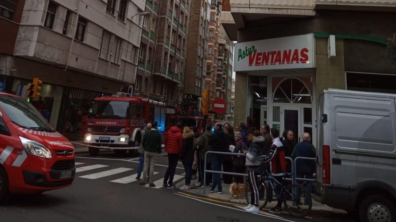Miembros de la UME desinfectan Asturias.El dispositivo de bomberos en la calle de Domingo García de la Fuente