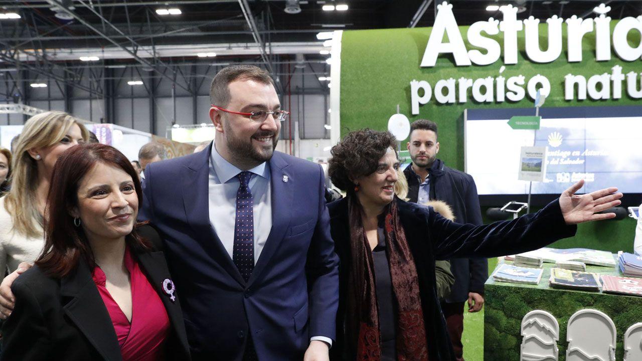 Adrián Barbón, flanqueado por Adriana Lastra y Berta Piñán, en el estand de Asturias en Fitur