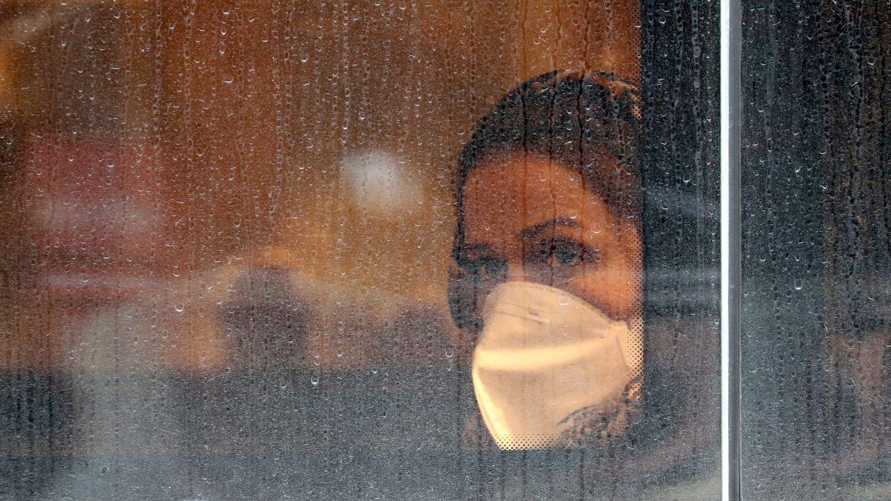 Gaitas contra el coronavirus en los balcones de Sevilla.Reunión del alcalde de Sevilla con representantes del Consejo de Hermandades y el Arzobispado para tomar la decisión de suspender los desfiles procesionales
