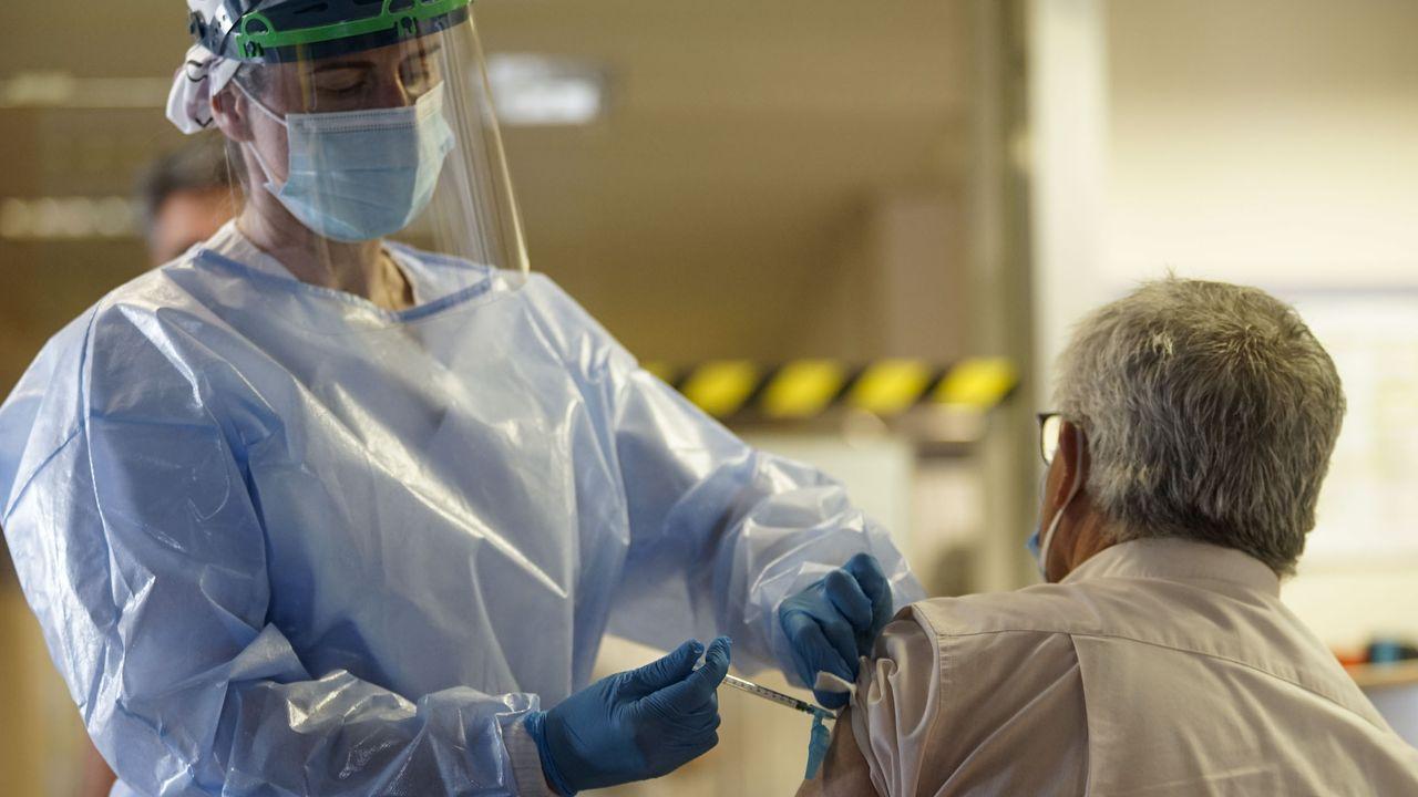 Vacunación de personas de entre 60 y 65 años en el hospital de Verín