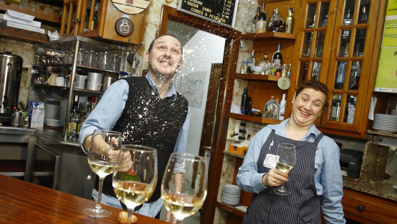 Todas las imágenes de las celebraciones de la Lotería de Navidad en Galicia.Alegría en el bar O Muíño, en O Pino
