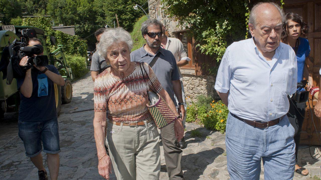 Marta Ferrusola y Jordi Pujol, paseando por las inmediaciones de su residencia veraniega