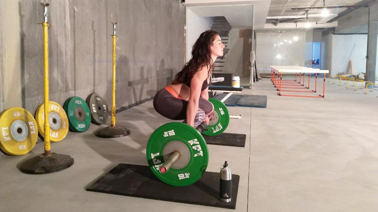 La lanzadora de jabalina pobrense Lidia Parada, realizando levantamiento de peso