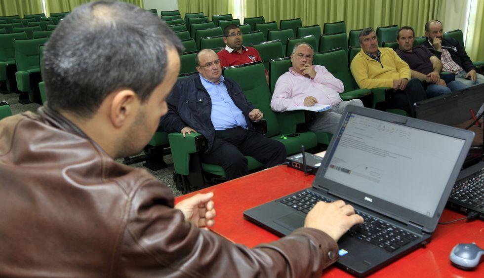 Dirigentes de las cofradías, ayer, en Burela, escuchando al representante de la Autoridad Portuaria.
