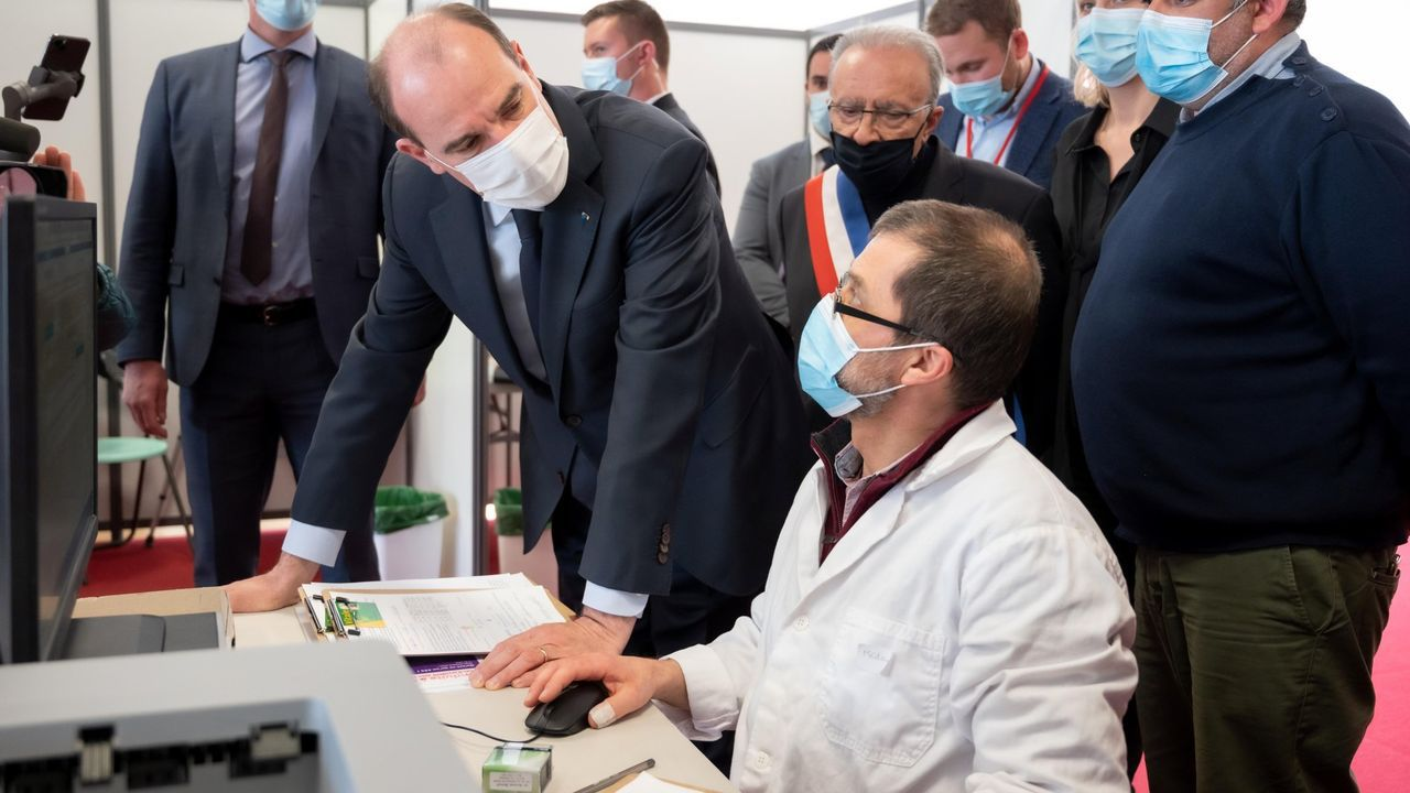 El primer ministro Castex, durante una visita a un centro de vacunación