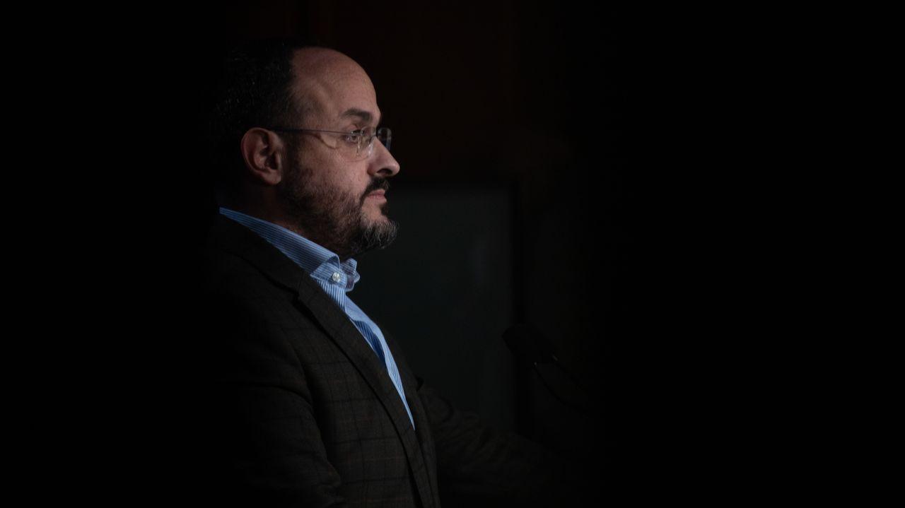 El presidente del Partido Popular Catalán y candidato del partido a la Presidencia de la Generalitat, Alejandro Fernández, en la rueda de prensa de anoche