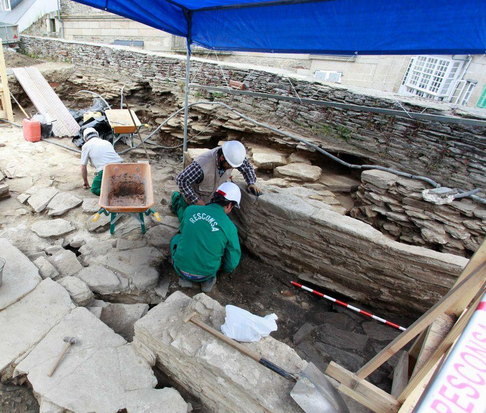 Los obreros trabajan en el muro que se supone formó parte de los cimientos de la torre del siglo XIV.