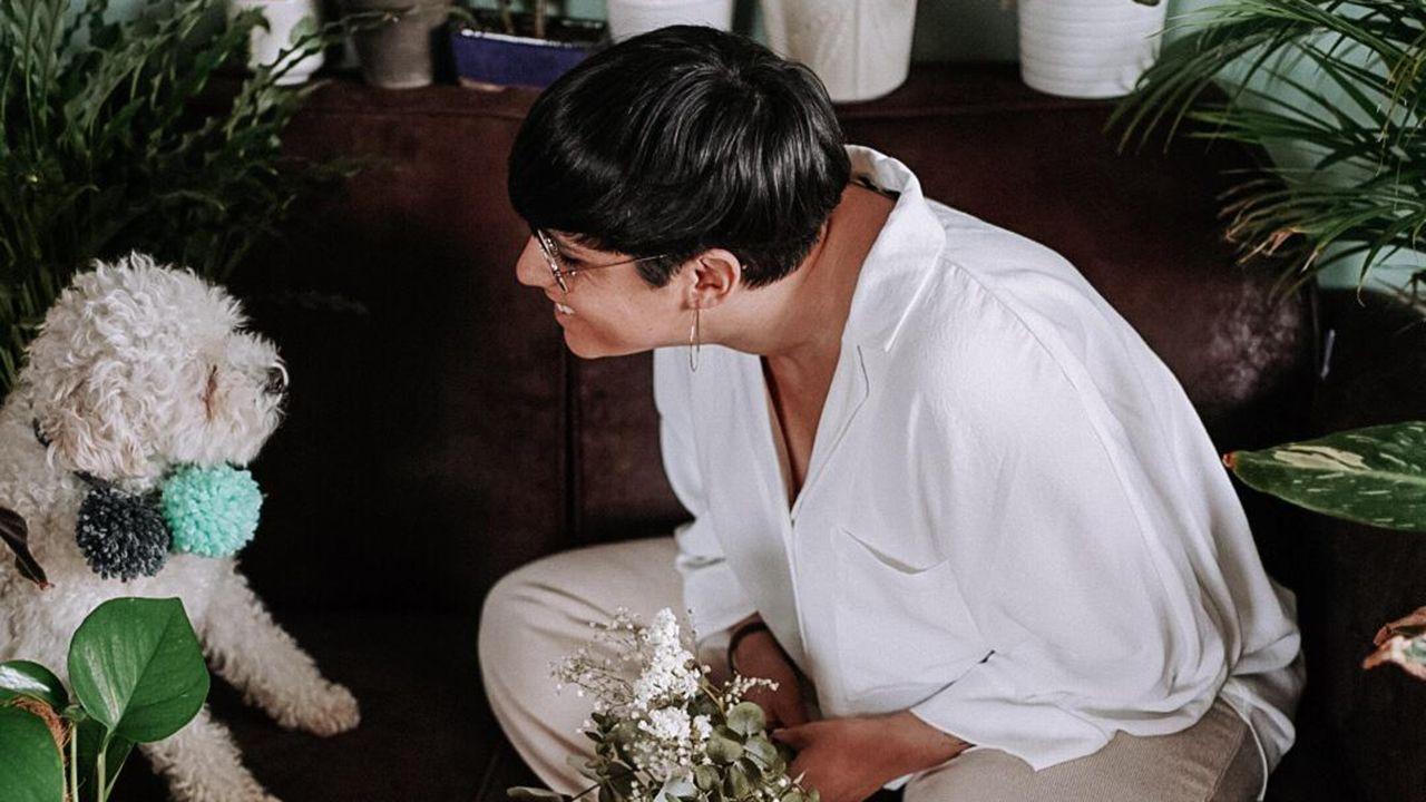 Cristina Cañibano con su perro Sully, el padrino de la «boda»