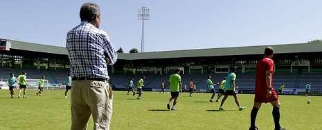 El presidente del Racing, de espaldas, observa como Manolo García dirige un entrenamiento en el estadio de A Malata.