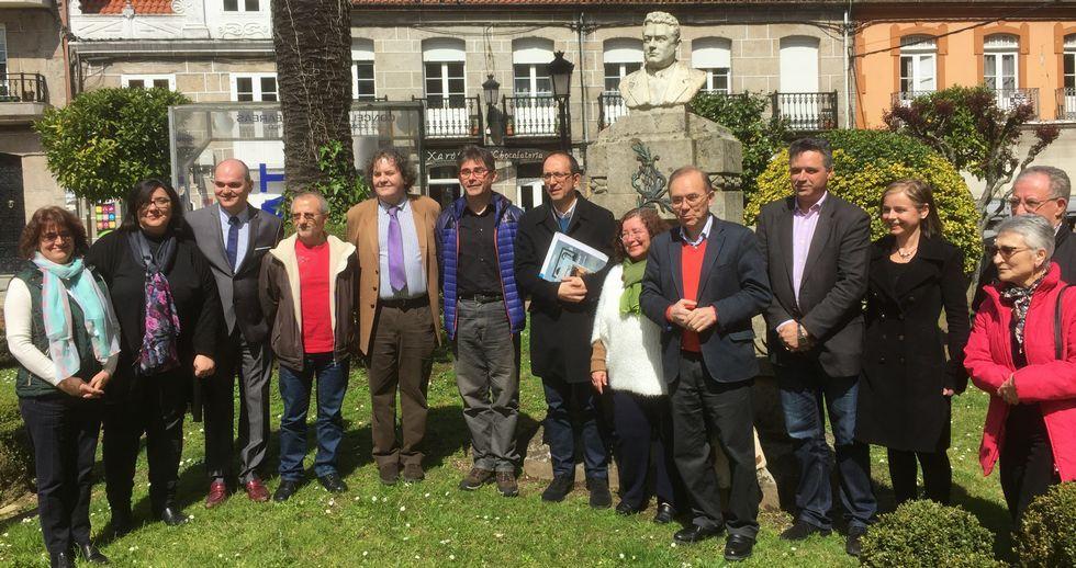 Cargos políticos e investigadores celebran en hallazgo delante del busto de Reveriano Soutullo en Ponteareas.