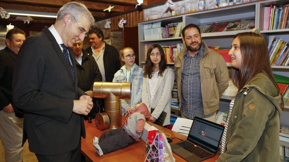 Los más jóvenes enseñan ciencia y tecnologíaal conselleiro.Participantes no acto en lembranza de Asunción Antelo e na entrega do premio Labregha Berghantiñana