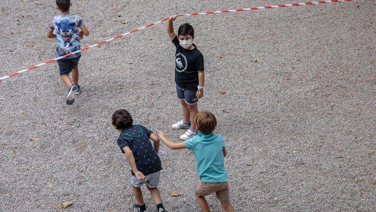 Varios alumnos dirigiéndose a la zona acotada para el recreo, en un centro de Valencia, esta mañana