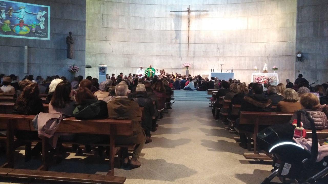 Imagen de una misa durante un domingo normal en la iglesia de Santa Cruz, con cerca de 500 personas