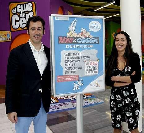Abraham Cano y Sandra Fernández con el nuevo cartel infantil de As Cancelas.
