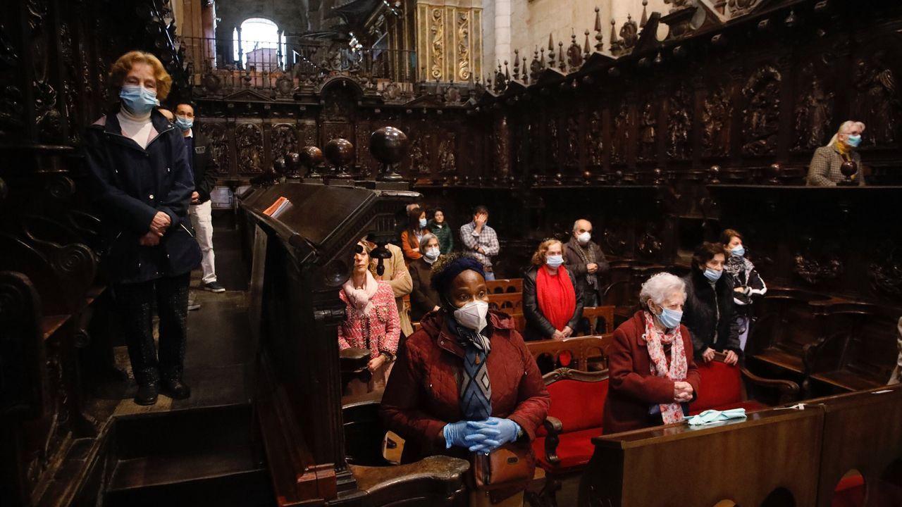Un grupo de fieles en el coro de la Catedral de Lugo