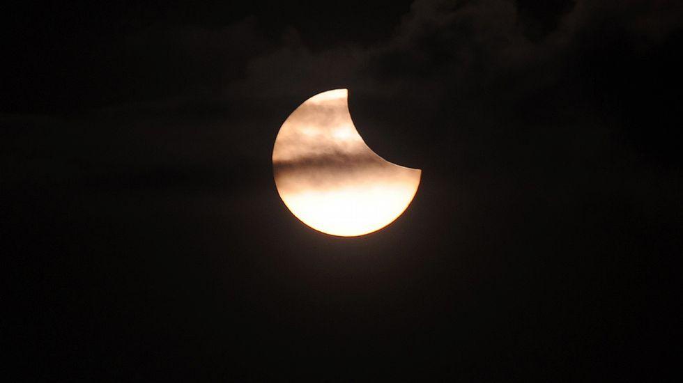 Momento del eclipse solar tras el templo de Prambanan en Yogyakarta (Indonesia)