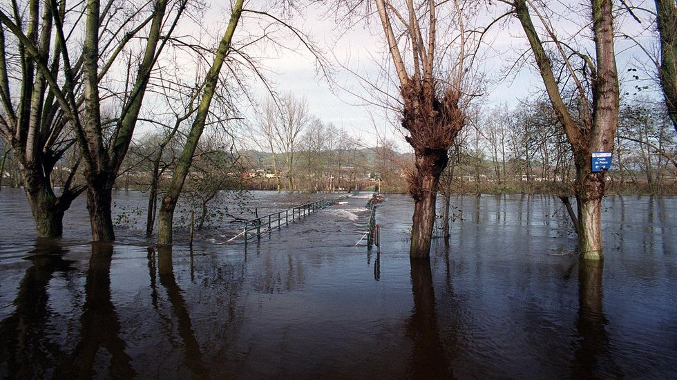 La crecida del río Avia mantenía bajo el agua la zona de A Quinza (Ribadavia) el 9 de diciembre del 2000