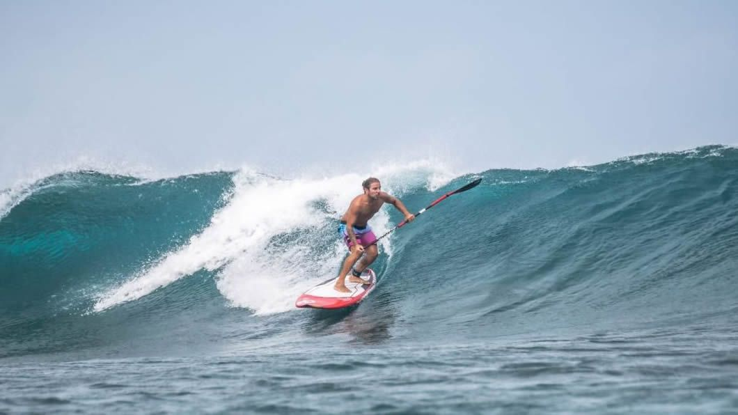 Imagen de Diego Bello practicando surf