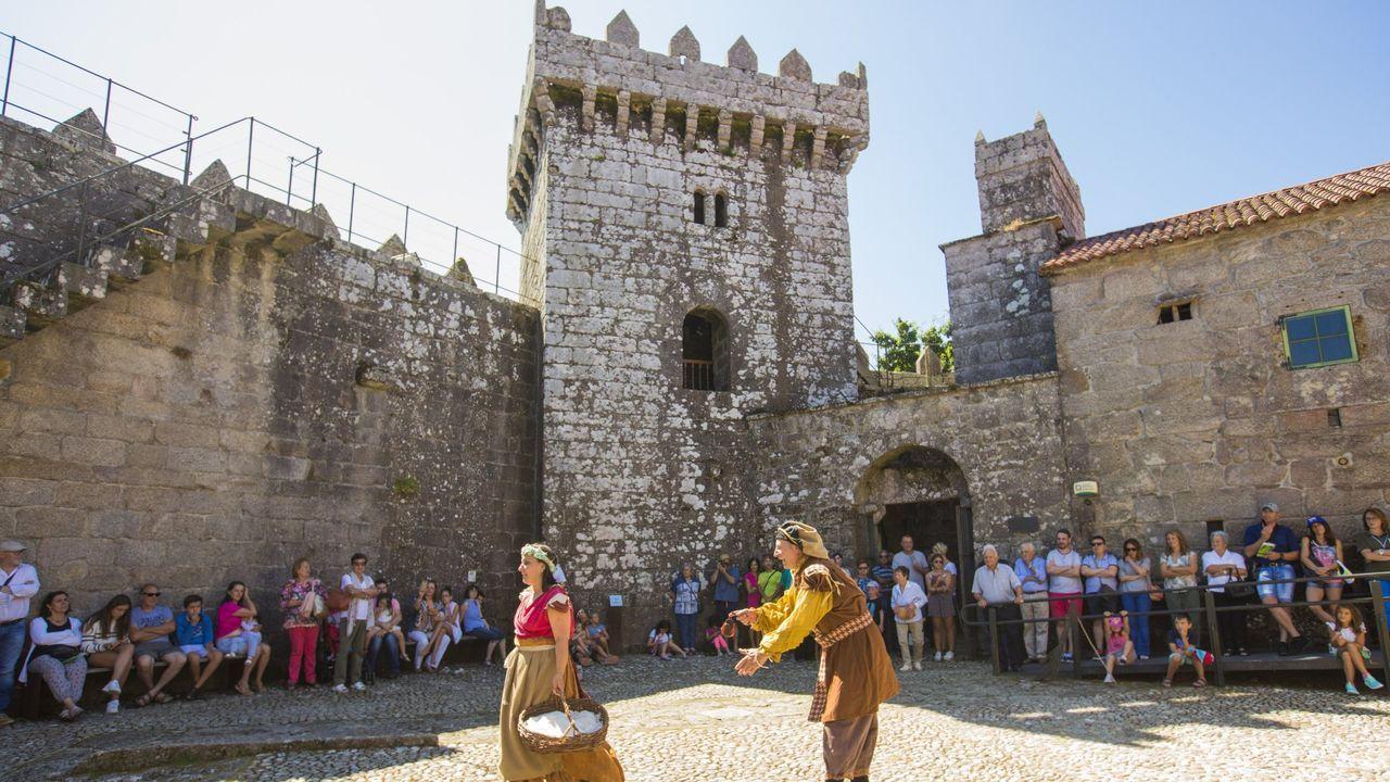 Castromil celebró su San Ramón con una jornada de tradición.Brais y Alberto lograron salvar la vida tras ser arrastrados por una ola cuando pescaban en Muxía