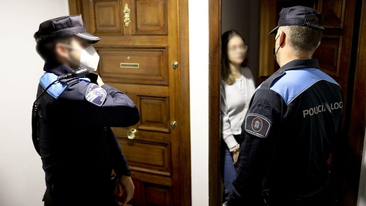 Una patrulla de la Policía Local de Santiago acude a un piso del Ensanche denunciado por la organización de una fiesta
