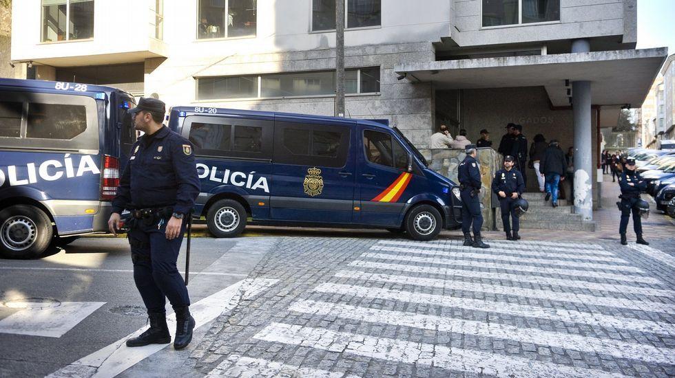 Las floresengalanan los cementerios en la jornada previa a Difuntos.Traslado de «El Moracho» al juzgado de Ferrol el 16 de marzo