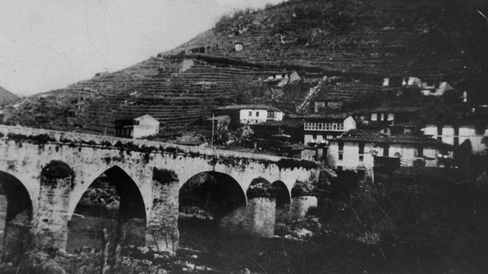 A antiga ponte. A vella ponte co seu arco central de medio punto entre outros de oxiva, todos eles de enormes perpiaños da boa pedra de granito desa zona do Miño