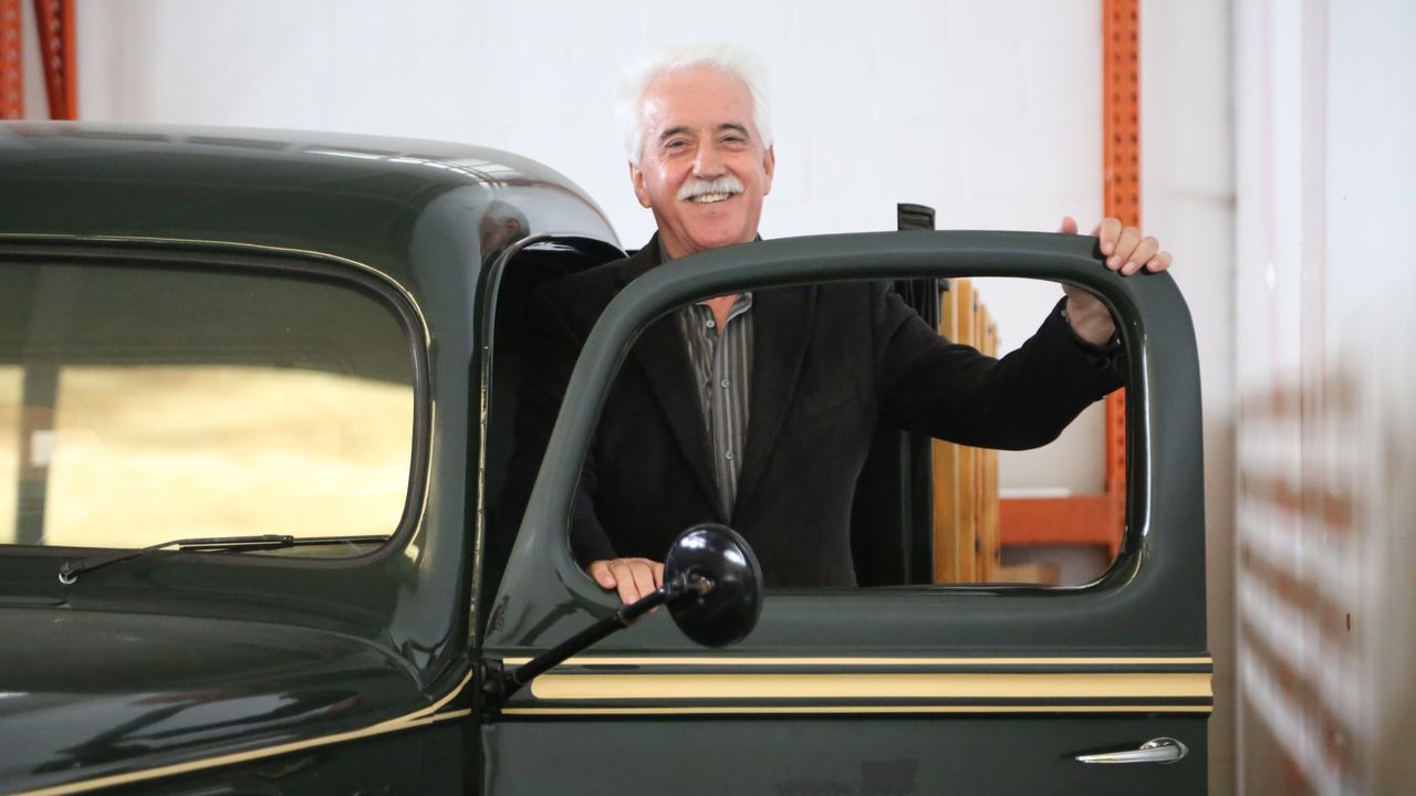 «Al principio éramos apestados».Ramón Alonso, en su empresa, ante un antiguo camión restaurado