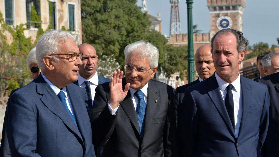 El presidente italiano, Sergio Mattarella, a su llegada a la Bienal de Venecia junto al presidente de la misma, Paolo Baratta, y el gobernador de la región de Veneto, Luca Zaia