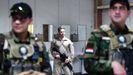 Un soldado estadounidense con varios iraqíes en la base aérea de Al Taqaddum