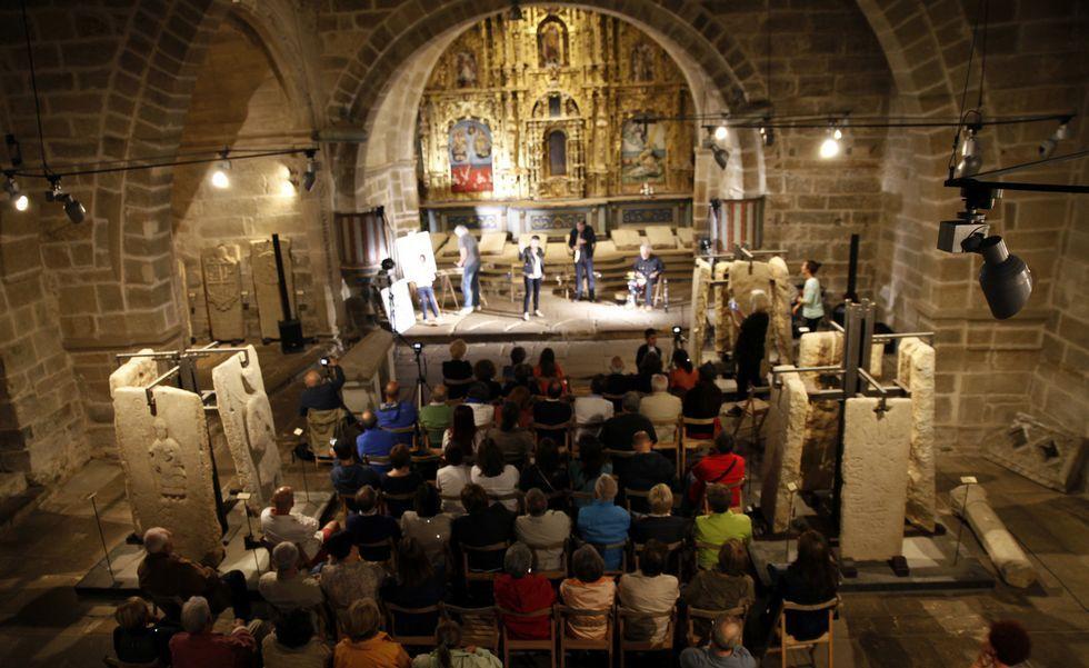 Los fondos artísticos del Torrente Ballester de Ferrol.Costa (arriba) y Veiga (abajo) acompañaron a los músicos.