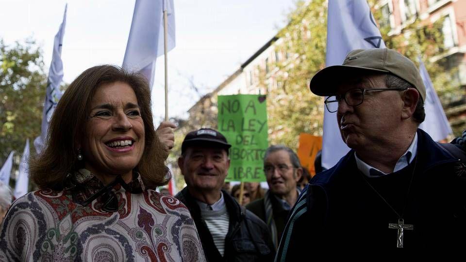 Manifestación antiabortista en Madrid. El presidente del Gobierno saluda al ministro de Sanidad a su llegada al Congreso de los Diputados para asistir a la sesión de control al Ejecutivo