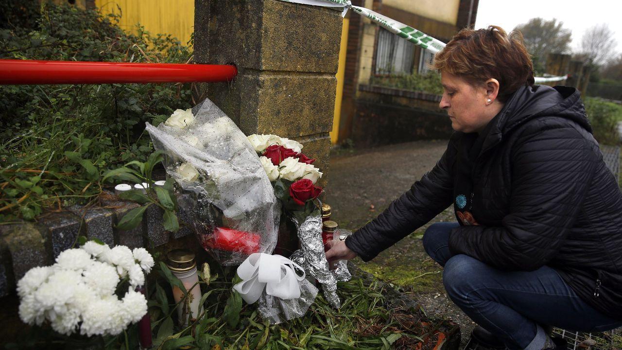Flores y velas en la nave de Asados, donde apareció el cuerpo de Diana Quer