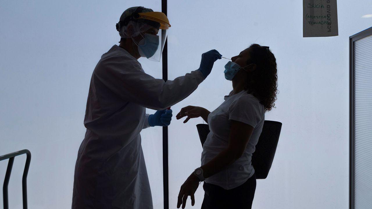 Un enfermero realiza test PCR en la sede del 061 en Zaragoza