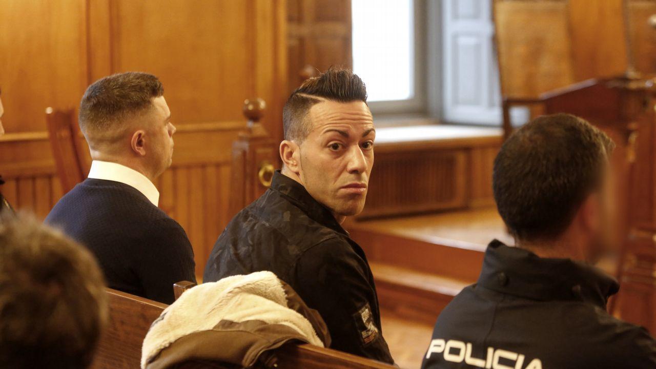 El gerente de Espectáculos Lito (derecha), a la salida de un juicio en Pontevedra.