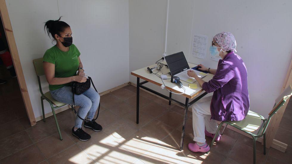 Una enfermera toma los datos de una mujer antes de vacunarla en Monforte
