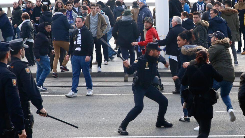 Disturbios entre los aficionados y la policía en la salida de los jugadores del Deportivo