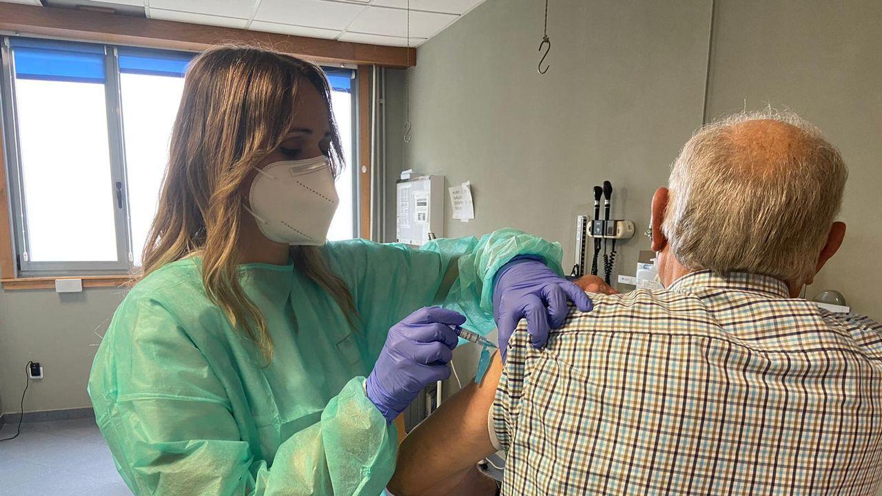 Imagen del centro de salud de Carballo en el primer día de vacunación contra la gripe